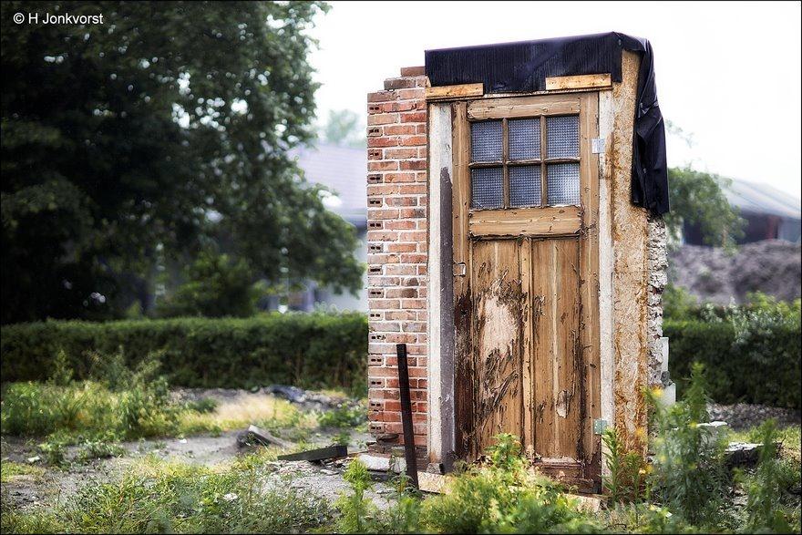 de deur is dicht, Verval, Verval Staphorst, Staphorst, Sloop, Huizensloop, huis gesloopt, Restant huis, kozijn, Fotografie, Foto, Photography, Photo