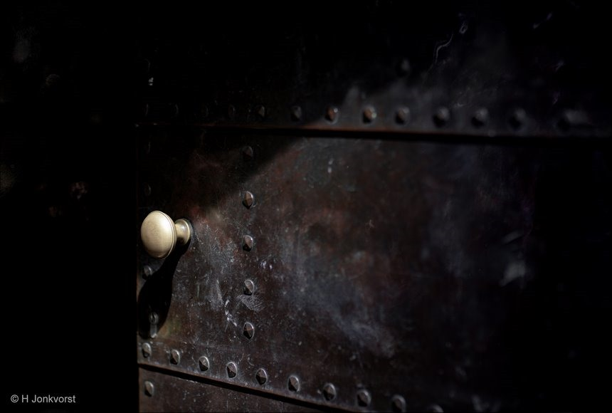 deur naar het duister deur naar duisternis, deur op een kier, darkroom, duistere opening, poortdeur, lichtval, lichtinval, strijklicht, Canon eos R, Canon EF 85mm f1.2L II USM, Fotografie, griezelige deur, Foto