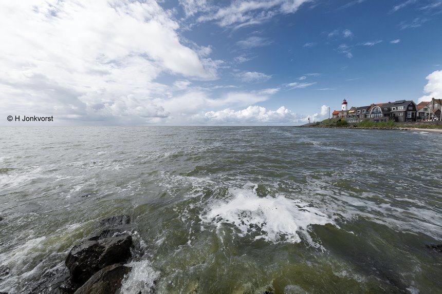 het zuigende water, aanzuigende werking, zuigende werking in een foto, zuigende werking foto, Urk, Urk aan het IJsselmeer, Urk vuurtoren, extreem groothoekperspectief, extreme groothoek, drama met groothoek, Fujifilm XT2