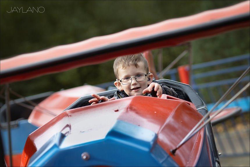 vliegenier, piloot, aviateur, luchtvaarder, leren vliegen, Walibi Holland, Walibi Flevo, kermisattractie, vliegen, jongensdroom, Jaylano, Canon eos R, Canon EF 85mm f1.2L II USM, Kinderfotografie, Fotografie, Foto