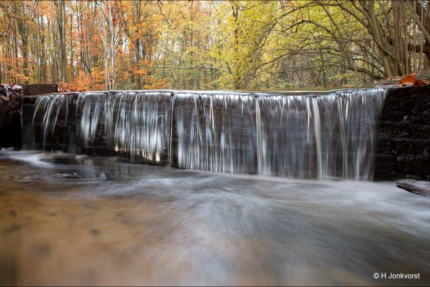 een muur van water, klaterend water, watervalletje, waterval, stromend water, waterloopbos, waterloopbos Marknesse, waterwerken, Herfstbos, herfstkleuren, herfstlandschap, Fujifilm XT2, Fujifilm XF 8-16mm f2.8 R LM WR