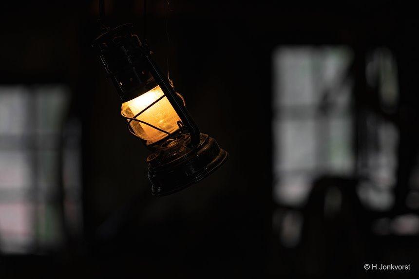stormlamp, stormlantaarn, olielamp, petroleumlamp, sfeerlicht, warm licht, Openluchtmuseum Arnhem, Nederlands Openluchtmuseum, nostalgie, Canon eos R, Canon EF 85mm f1.2L II USM, Fotografie, Foto, Photography, Photo