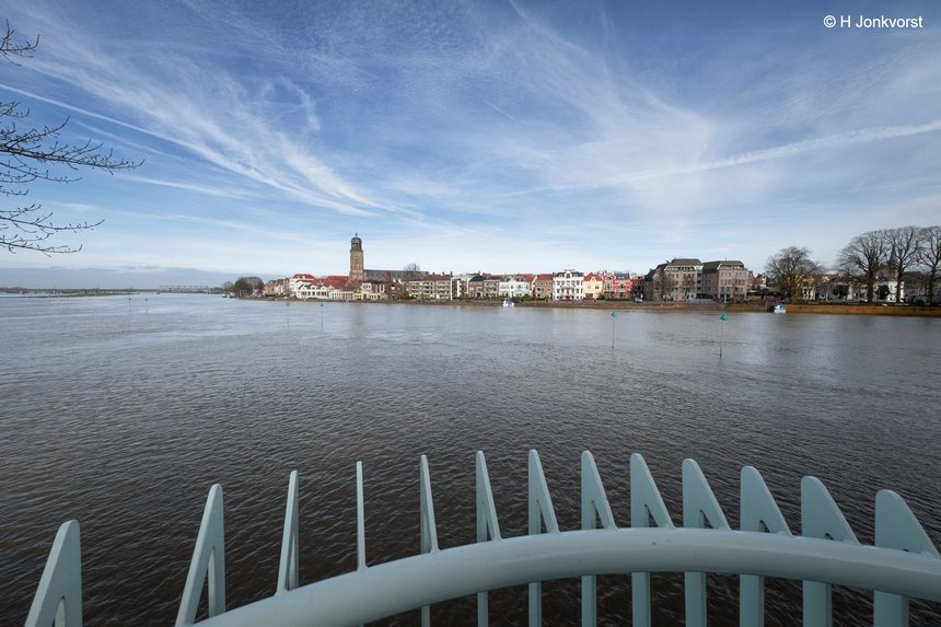 The endless river, skyline van Deventer, Skyline Deventer, Deventer, hoogwater IJssel, Deventer aan de IJssel, Deventer Skyline, groothoek, groothoekfotografie, groothoekperspectief, Fujifilm XT2, Fujifilm XF 8-16mm f2.8 R