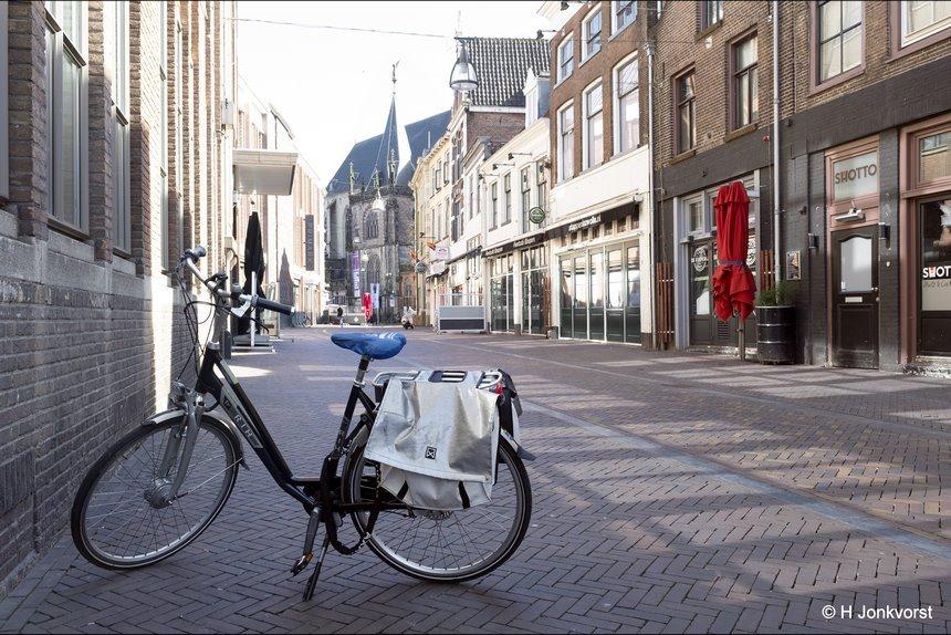 I walk alone, stilte op straat, alleen op straat, stille stad, horeca gesloten, thuis blijven, afstand houden, Corona, coronacrisis, Zwolle, Zwolle binnenstad, Fujifilm XT2, Fujifilm XF 16-55mm F2.8 R Lm Wr, Fotografie