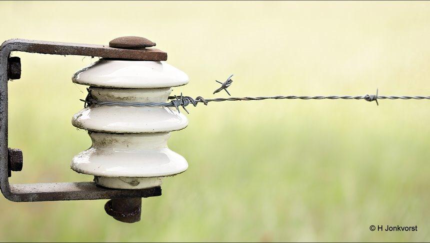 koorddanser, koorddansen, dancing on a high wire, op een zijden draad, dansen op een zijden draad, wankel evenwicht, prikkeldraad, isolator, isolator voor schrikdraad, isolator porselein, schrikdraadafrastering