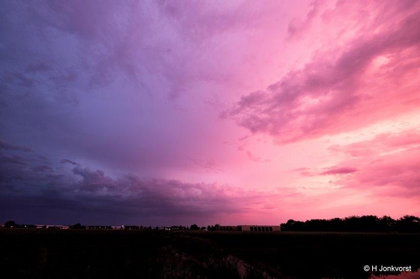 Avondrood, Staphorst, tussen de buien, onbestendig weer, zonsondergang, verkleurende lucht, buienlucht, landschap, Landschap Groothoek, Fujifilm XT2, Fujifilm XF 8-16mm f2.8 R LM WR, Fotografie, Foto, Photography, Photo