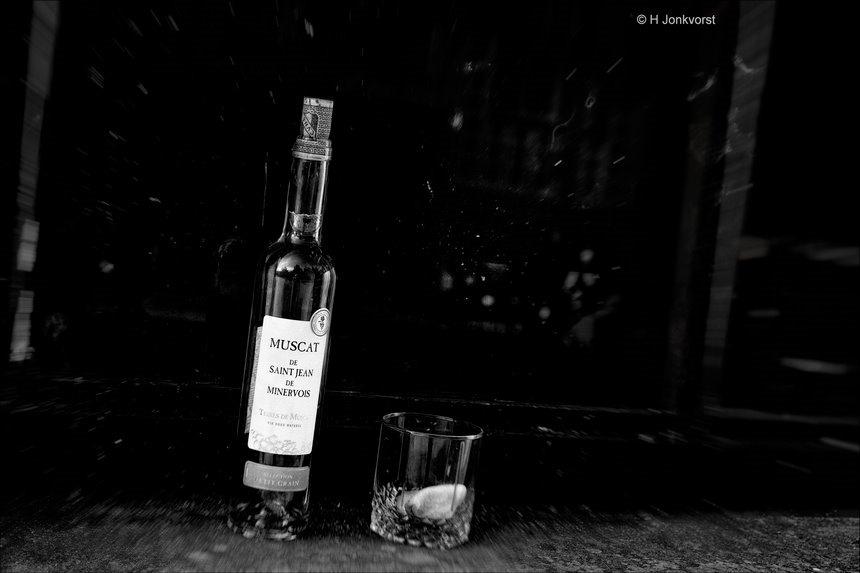 Muscat de Saint-Jean de Minervois, dessertwijn, zwerfafval, alcohol op straat, groezelig, gevel, achterbuurt, lege flessen drank op straat, alcoholisch zwerfafval, Fujifilm XT2, Fujifilm XF 16-55mm F2.8 R Lm Wr, Fotografie