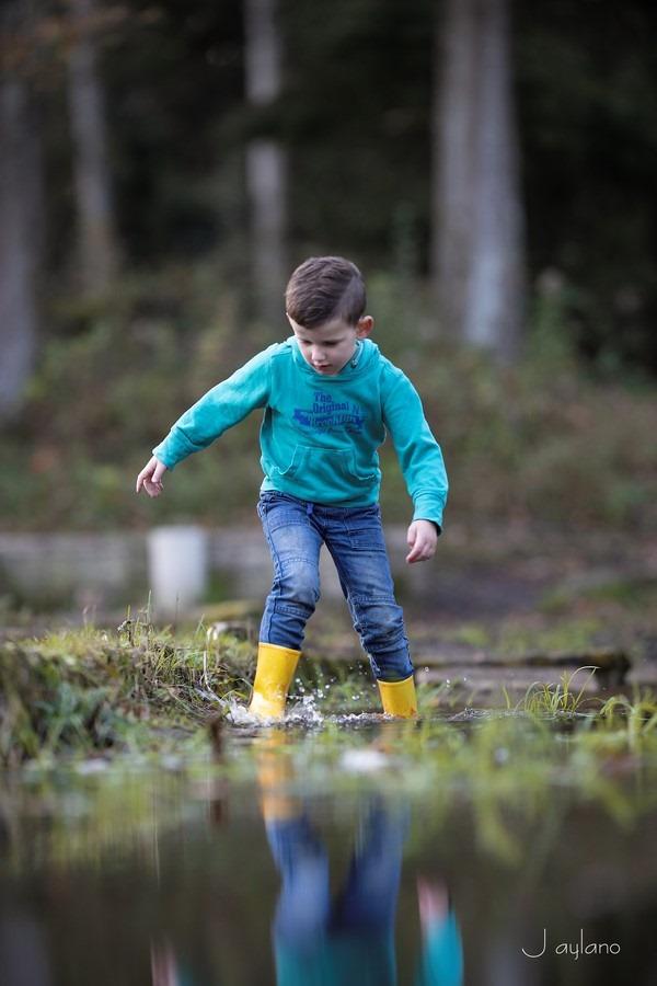 Jaylano, waterloopbos, spelen met water, waterpret, kinderfotografie, waterpret, natte voeten