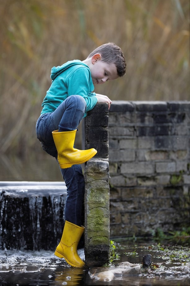Jaylano, waterloopbos, spelen met water, waterpret, kinderfotografie, waterpret, natte voeten, waaghals, waterval, waterval beklimmen