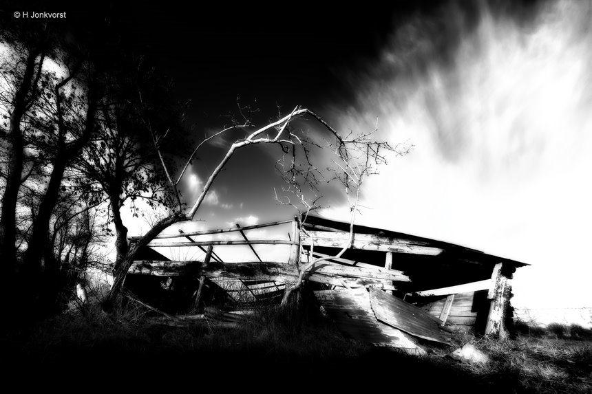Desolaat, Verlaten, troosteloos, desolaat landschap, verval, onbewoonbaar, krot, op instorten, zwart wit, landschap, landschap zwart wit, onbewoonbaar verklaard, landschapsfotografie, Fujifilm XT2, Fujifilm XF 8-16mm f2.8