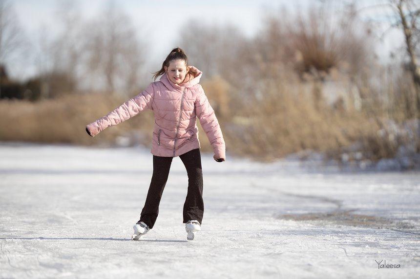 ijspret, Yaleesa, Schaatsen, winter 2021, ijsplezier, spelen op ijs, kinderfotografie, kinderportret, kinderportret fotografie, Canon eos R, Canon EF 200mm f2L IS USM, Fotografie, Foto, Photography, Photo