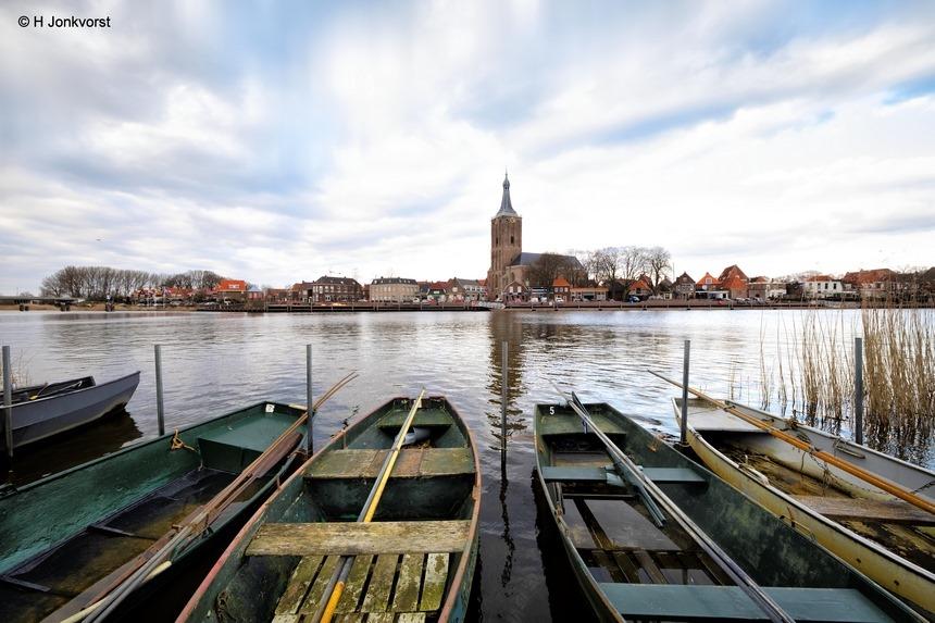 Hasselt, skyline Hasselt, Hervormde kerk Hasselt, Zwartewater, kerkgang, Roeiboot, aanlegplaats, groothoek, Fujifilm XF 8-16mm f2.8 R LM WR, Fotografie, Foto, Photography, Photo